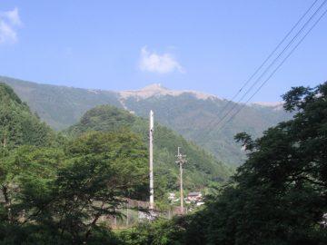 下から望む中津明神山