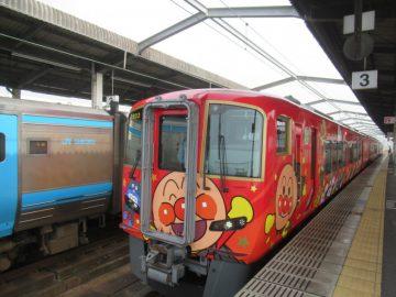JR児島駅に停車中の2700系南風