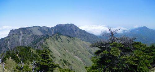 二ノ森山頂から望む石鎚山から筒上山までのパノラマ