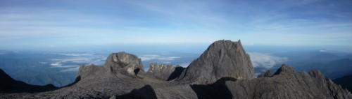 キナバル山山頂からの大パノラマ。南シナ海も見えています。