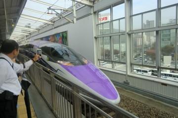 岡山駅に停車中のエヴァ新幹線