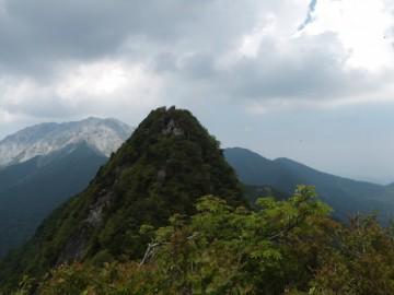 偽山頂から烏ヶ山山頂を望む