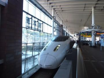 熊本駅に停車中の九州新幹線つばめ