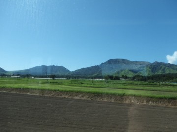 車窓から見る阿蘇山