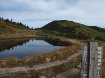 駒の小屋前の池塘と会津駒ケ岳
