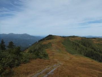 中門岳への縦走路を望む