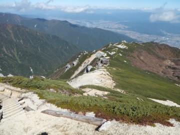 駒峰ヒュッテとこれからの下山道を空木岳山頂より見下ろす