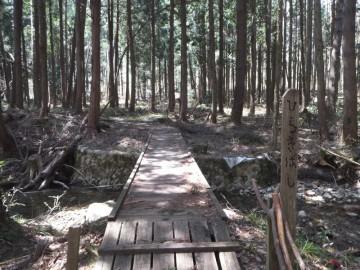 下りた先にある橋を渡ります。