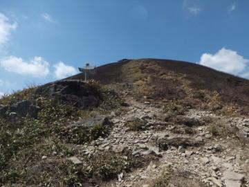 東登山口からの登山道との合流点