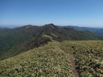 ちち山の別れから縦走路が続く冠山と平家平を望む