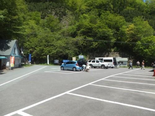登山口の駐車場。トイレも水場も食堂もあります。