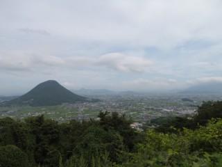 青の山から見る讃岐富士