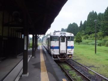 矢岳駅に停車する普通列車