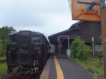 嘉例川駅に停車するはやとの風