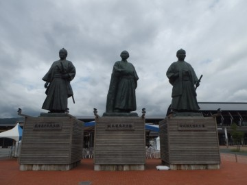 高知駅前の像