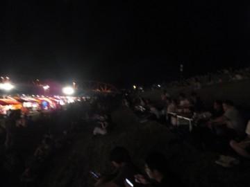 中村の花火大会の東側土手の観客達