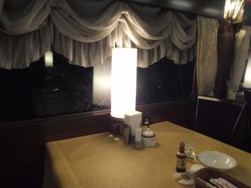 夜の食堂車のテーブル