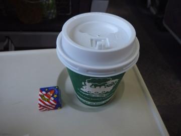 グリーン車サービスのホットコーヒーとこの日だけのチロルチョコ