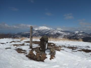 三平山山頂。なぜか、山頂のみ雪がありませんでした。