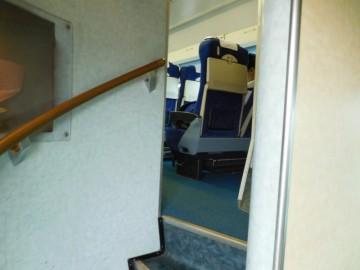 2階グリーン車室への階段