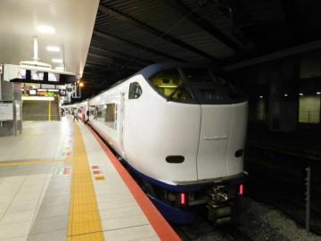 新大阪駅に停車中の特急はるか