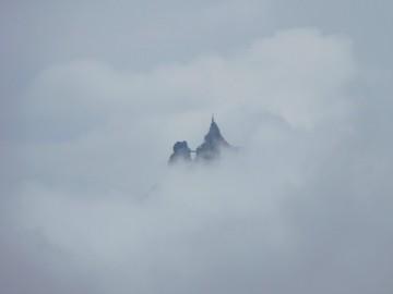 雲の上に浮かぶミディ