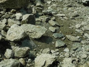 遠目には石と岩でも間違いなく氷です