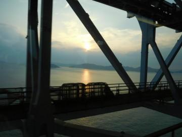 瀬戸大橋を走る南風の車窓から見る夕日