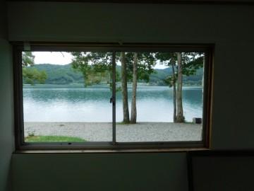 バンガローの窓から見る青木湖