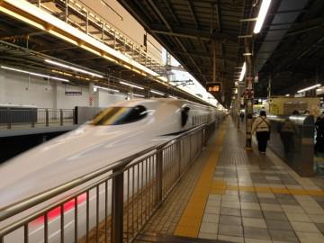新大阪駅を出発する新幹線のぞみ号