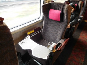 リニューアル後のサンダーバードのグリーン車の座席