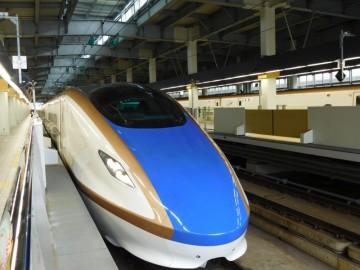 金沢駅に停車中の北陸新幹線つるぎ号