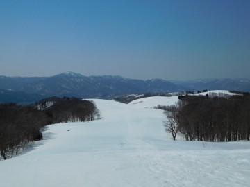 恩原高原牧場の大雪原を見下ろす