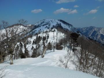 1192mピークとギラガ仙の間。雪庇もあります。