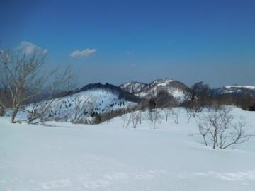ギラガ仙から三国山を見る。左が恩原三国山で右手前が北峰。