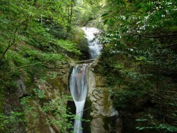 見事な滝の脇を一気に下っていきます。