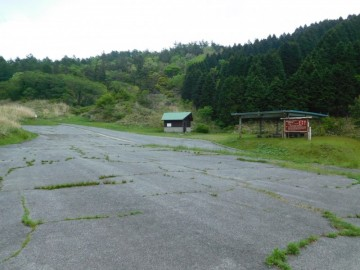 県境の岩倉山登山口。トイレも駐車場もあります。