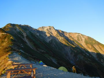五竜山荘の入口前から見る五竜岳