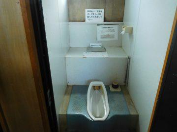 大朝日岳山頂避難小屋のトイレ
