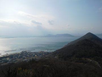 鷲ヶ峰展望台から見た女木島港と高松市街