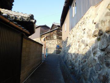 坂の裏路地と石垣