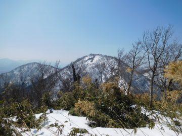 アゼチ山頂から皆ヶ山を望む