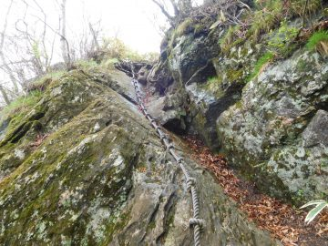 ロープを使って岩に登ります