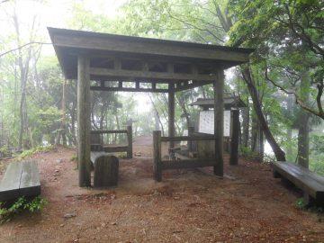 女体山山頂にある休憩舎