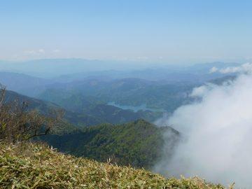 堂ヶ森山頂から望む面河湖