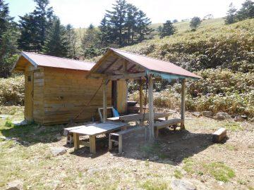 屋根付きのイスとテーブル