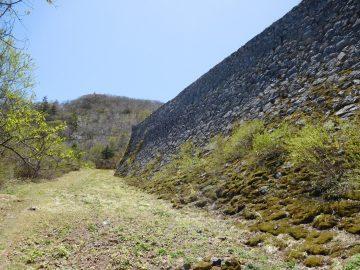 突如現れる巨大な石垣