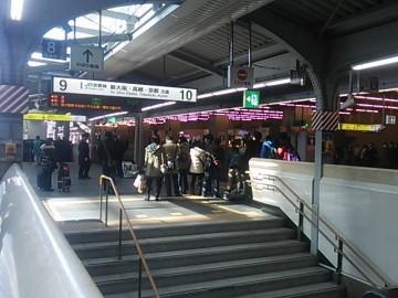 入線時の撮影をしようと待つ人々