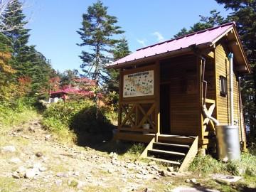 水洗トイレと恵那山山頂小屋