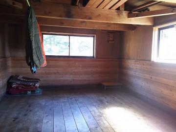 恵那山避難小屋の中